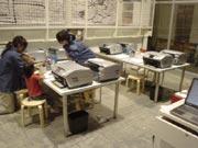 キッザニア『デザイン教室』の加工作業中の風景